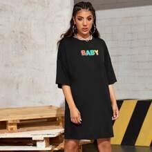 T-Shirt Kleid mit sehr tief angesetzter Schulterpartie und Buchstaben Grafik