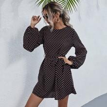 Kleid mit Punkten Muster, Bishofaermeln und Guertel