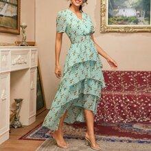 Kleid mit V-Kragen, Raffung und mehrschichtigem Saum