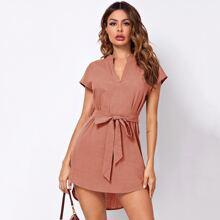 Kleid mit eingekerbtem Kragen, Dolmanaermeln, abfallendem Saum und Selbstguertel