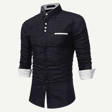 Maenner Hemd mit Karo Muster am Kragen und Knopfen