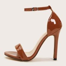 Minimalistische Sandalen mit Knochelriemen
