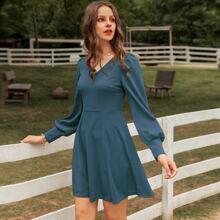 einfarbiges Kleid mit Lanternenaermeln