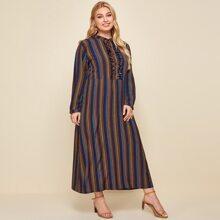 Kleid mit Streifen, Knopfen vorn und Rueschen