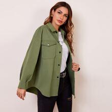 Mantel mit Taschen Klappen vorn, sehr tief angesetzter Schulterpartie und gebogenem Saum