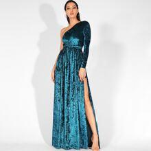vestido maxi de terciopelo bajo con abertura con un hombro