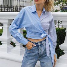 Gespleisste Bluse mit Streifen, Wickel Design und Guertel