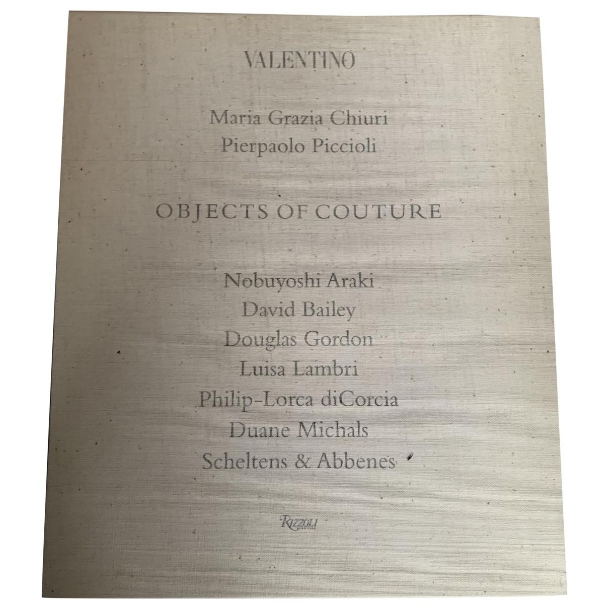 Valentino Garavani - Mode   pour lifestyle en bois - beige