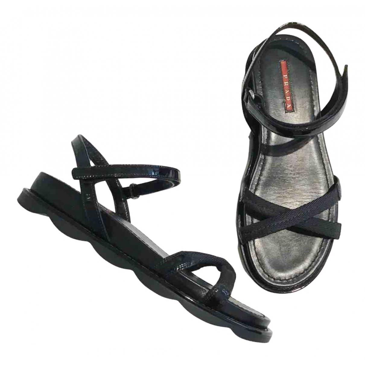 Prada - Sandales   pour femme en cuir verni - noir