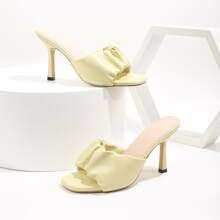 Minimalistische Pantoffeln mit Ruesche