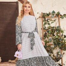 Kleid mit gemischtem Muster und Selbstband
