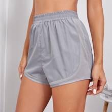 Einfarbige Sports Shorts mit Ausschnitt