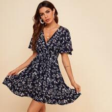 Kleid mit Bluemchen Muster und V-Ausschnitt vorn