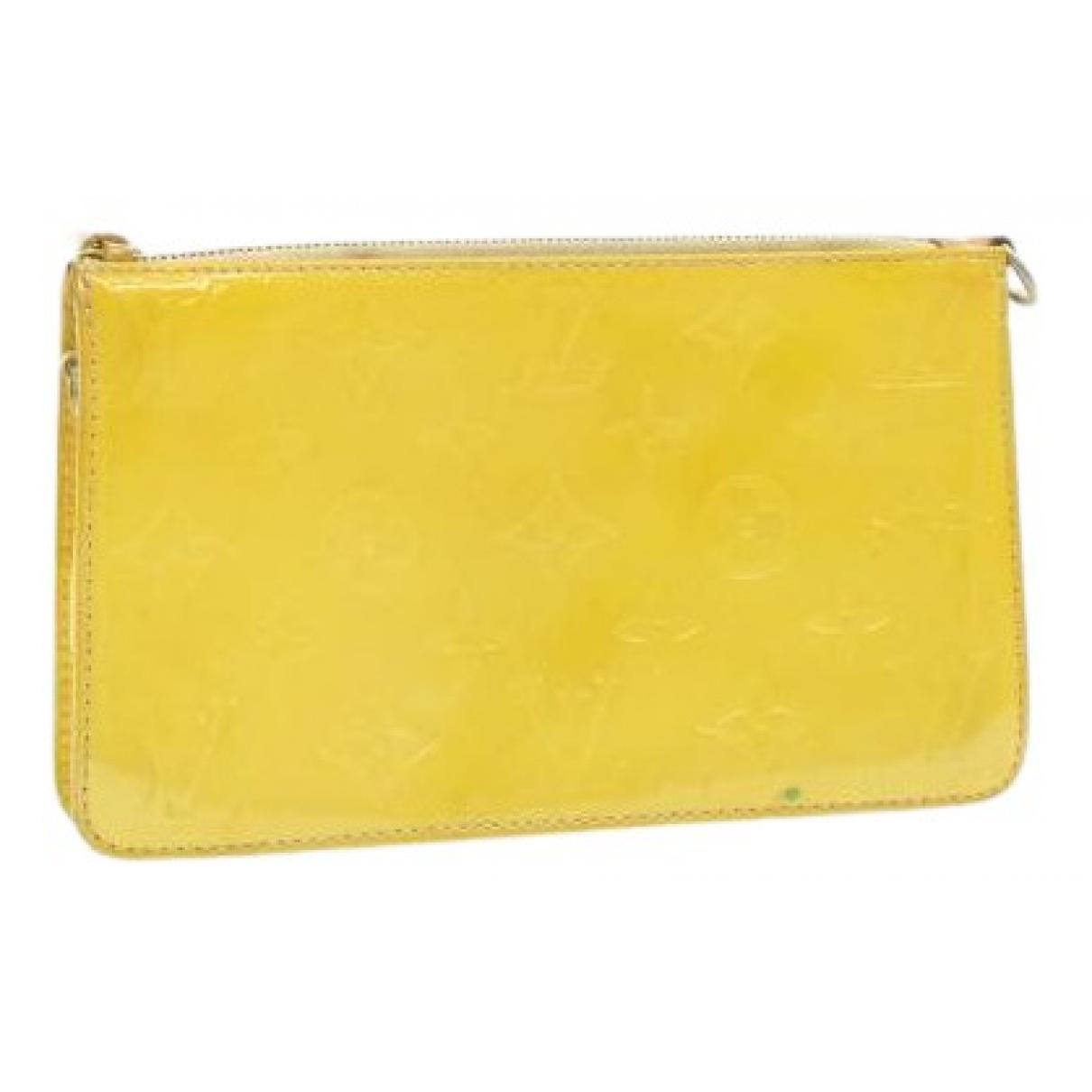 Louis Vuitton \N Clutch in  Gelb Lackleder