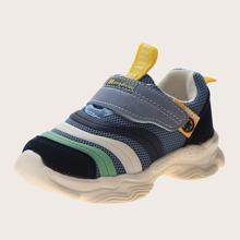 Zapatillas deportivas de niñitos con tira velcro