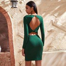 Geripptes Kleid mit Ausschnitt und Twist hinten