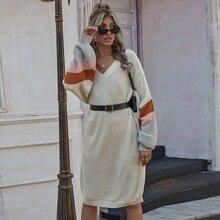 Pullover Kleid mit Farbblock und sehr tief angesetzter Schulterpartie ohne Guertel