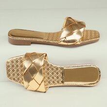 Metallische gewebte Sandalen mit qudratischer Zehenpartie
