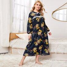 Nachtkleid mit Peter Pan Kragen, Spitzen und Blumen Muster