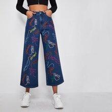 Jeans mit schraegen Taschen, Buchstaben Stickereien und weitem Beinschnitt