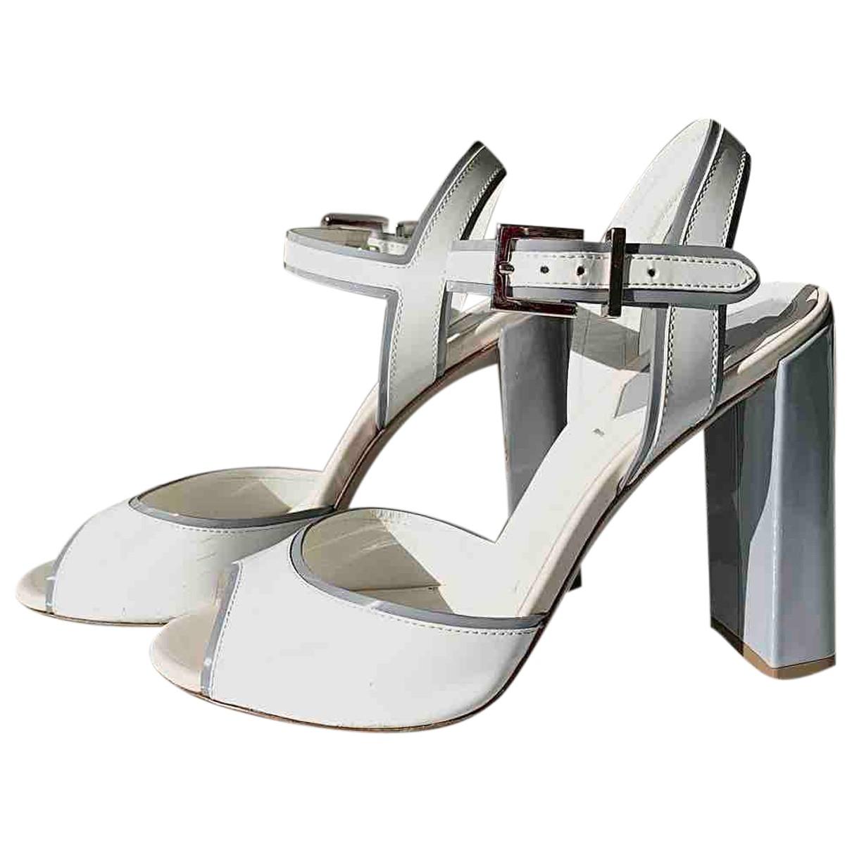 Fendi \N Sandalen in  Weiss Lackleder