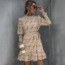 Kleid mit Bluemchen Muster, Gigotaermeln, Rueschenbesatz und Guertel