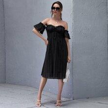 Schulterfreies Kleid mit Ruesche, Band vorn und Schosschenaermeln