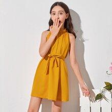 Kleid mit Ruesche am Kragen, Falten und Guertel