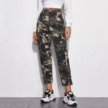 Karotte Crop Jeans mit Taschen Klappen und Camo Muster