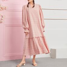 Texturiertes Kleid mit Ruesche, eingekerbtem Kragen und Schosschenaermeln