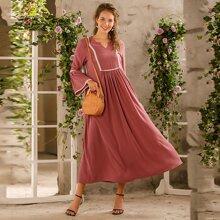 Kleid mit Kontrast Spitze und eingekerbtem Kragen
