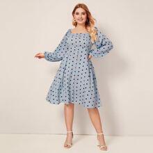 Kleid in Ubergrosse mit Punkten Muster und quadratischem Kragne