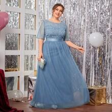 Kleid mit Stickereien und Netzstoff