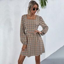 Kleid mit Hahnentritt Muster und quadratischem Kragen