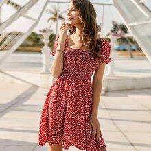 Kleid mit Bluemchen Muster, Ruesche und Band vorn