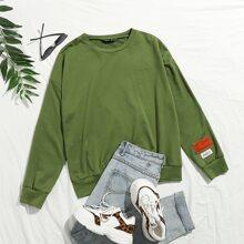 Sweatshirt mit sehr tief angesteter Schulterpartie und Buchstaben Flicken