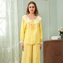 Conjunto de pijama top ribete con malla con bordado de cuello con cordon con pantalones bajo con fruncido