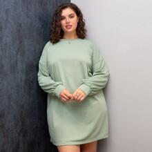 Einfarbiges Kleid mit sehr tief angesetzter Schulterpartie