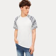 Maenner T-Shirt mit Geometrie Muster und Raglanaermeln