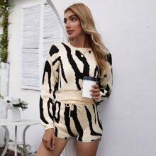 Zweifarbiger Pullover mit sehr tief angesetzter Schulterpartie & Shorts mit Taillenband Set