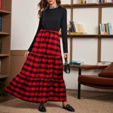 Kleid mit Buchstaben Muster, Halsband, Band auf Taille und Rueschen