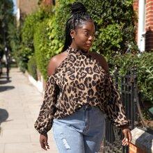 Camisa de hombros descubiertos con estampado de leopardo