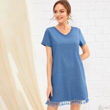 Kleid mit V Kragen, kurzen Ärmeln und Quasten am Saum