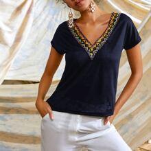 T-Shirt mit V Kragen und Stamm Muster