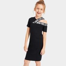 Maedchen Kleid mit Ausschnitt auf Schulter und Band