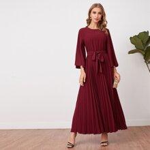 Kleid mit Glockenaermeln, Selbstguertel und Falten