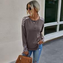 T-Shirt mit Kontrast und Leopard Muster