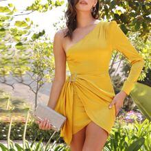 Satin Kleid mit Ruesche, einem Ärmel, Strass und Schnalle Detail