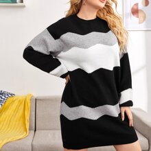 Pullover Kleid mit sehr tief angesetzter Schulterpartie und Farbblock