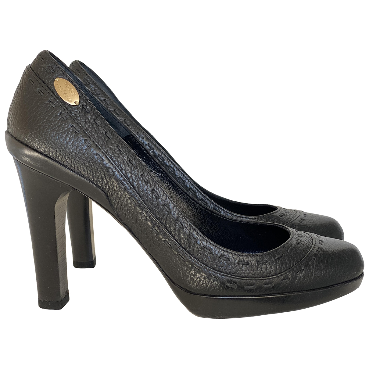 Fendi \N Pumps in  Schwarz Leder